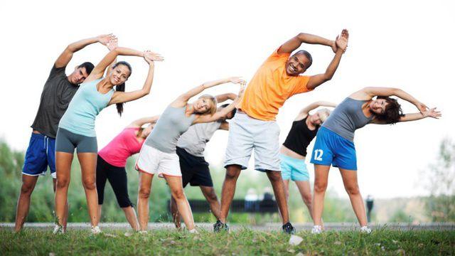 Thay vì nằm lì trong phòng bạn hãy bước ra bên ngoài và tập luyện thể dục thể thao vào mỗi buổi sáng.