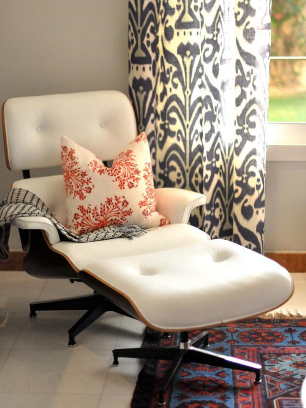Kursi modern dengan perpaduan kain etnis dan permadani Oriental sebagai titik fokus ruangan - source: hgtv.com