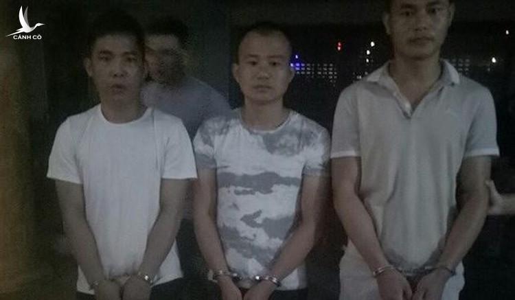 bắt tạm giam đối với 3 đối tượng người Trung Quốc để điều tra về hành vi Trộm cắp tài sản, gồm: Liêu Chí Ba (SN 1988), Vi Kim Luyện (SN 1982) và Vi Chí Hằng (SN 1988).