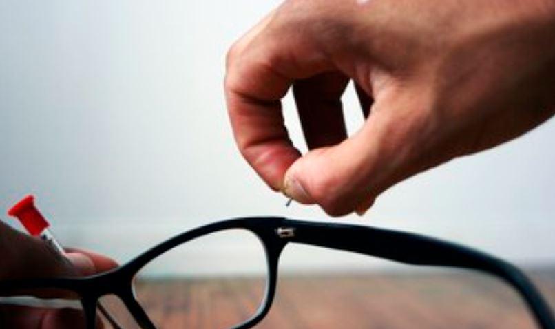 בדיקה של מסגרת המשקפיים.