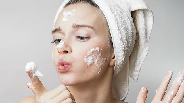 Không rửa mặt, tẩy trang kỹ càng gây lão hóa da sớm