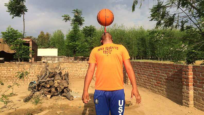 映像】歯ブラシ上でのバスケットボール回しでギネス世界記録 | ギネス世界記録