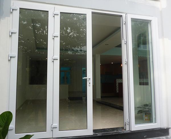 Khóa cửa bị kẹt là lỗi đặc biệt phổ biến đối với cửa nhôm kính