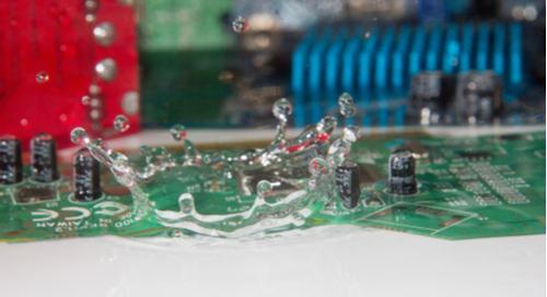 Water drops on PCBs Gouttes d'eau sur des PCB favorisant la corrosion électrochimique