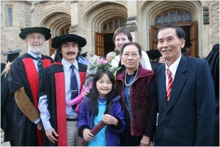 Tiến sĩ Huỳnh Bảo Lam cùng cha mẹ và con gái trong lễ nhận bằng Tiến sĩ