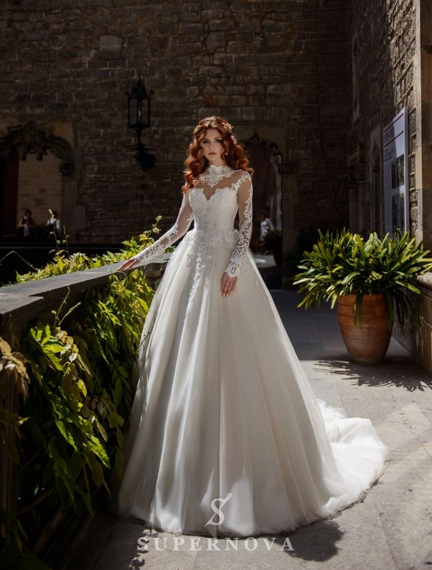 Свадебное платье с кружевом на горловине