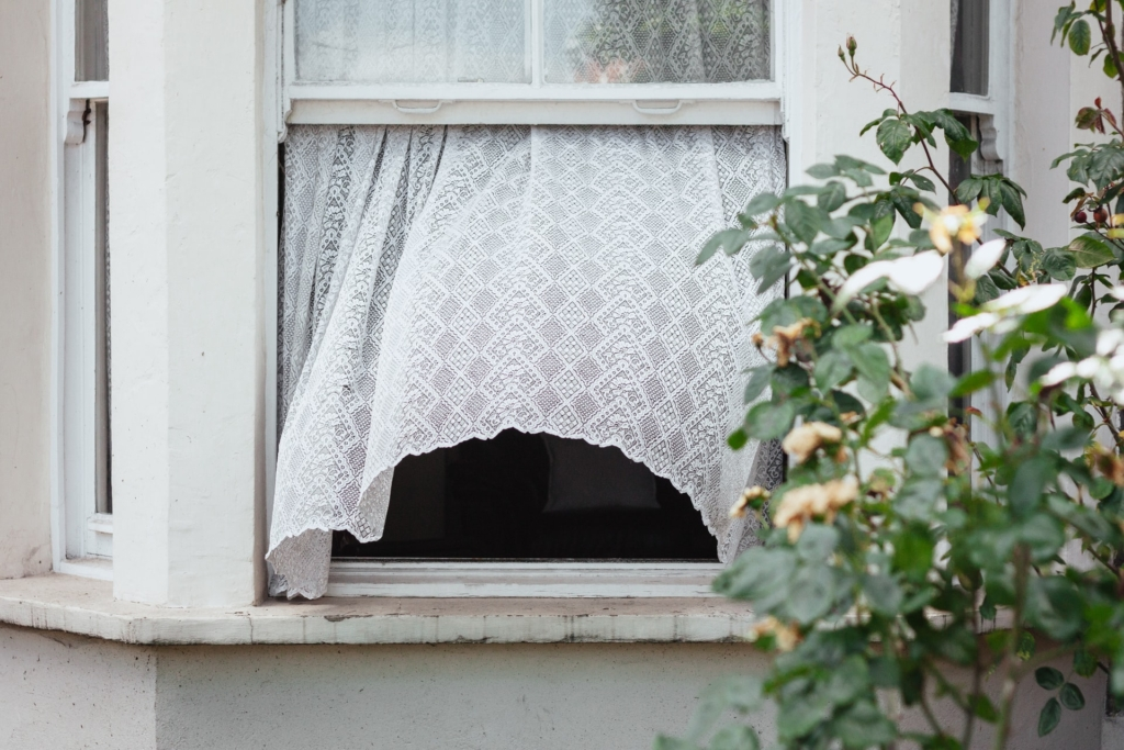 open window to improve indoor air ventilation covid-19