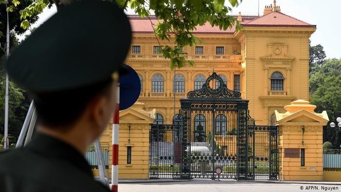 ietnam Polizist vor Präsidentenpalast (AFP/N. Nguyen)