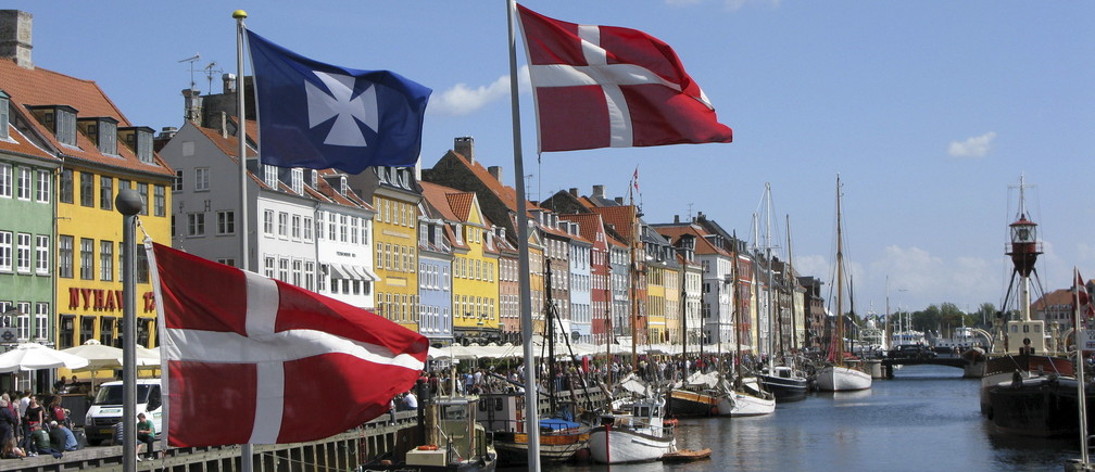 デンマークの街並みと国旗