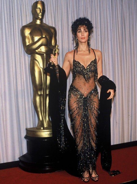 Si les les robes de Cher sont souvent extravagantes et spectaculaires, c'est néanmoins celle des oscars 1988 qui retient notre attention. Une robe signé Bob Mackie, dans laquelle elle gagne le prix de la Meilleure Actrice pour Éclair de lune.