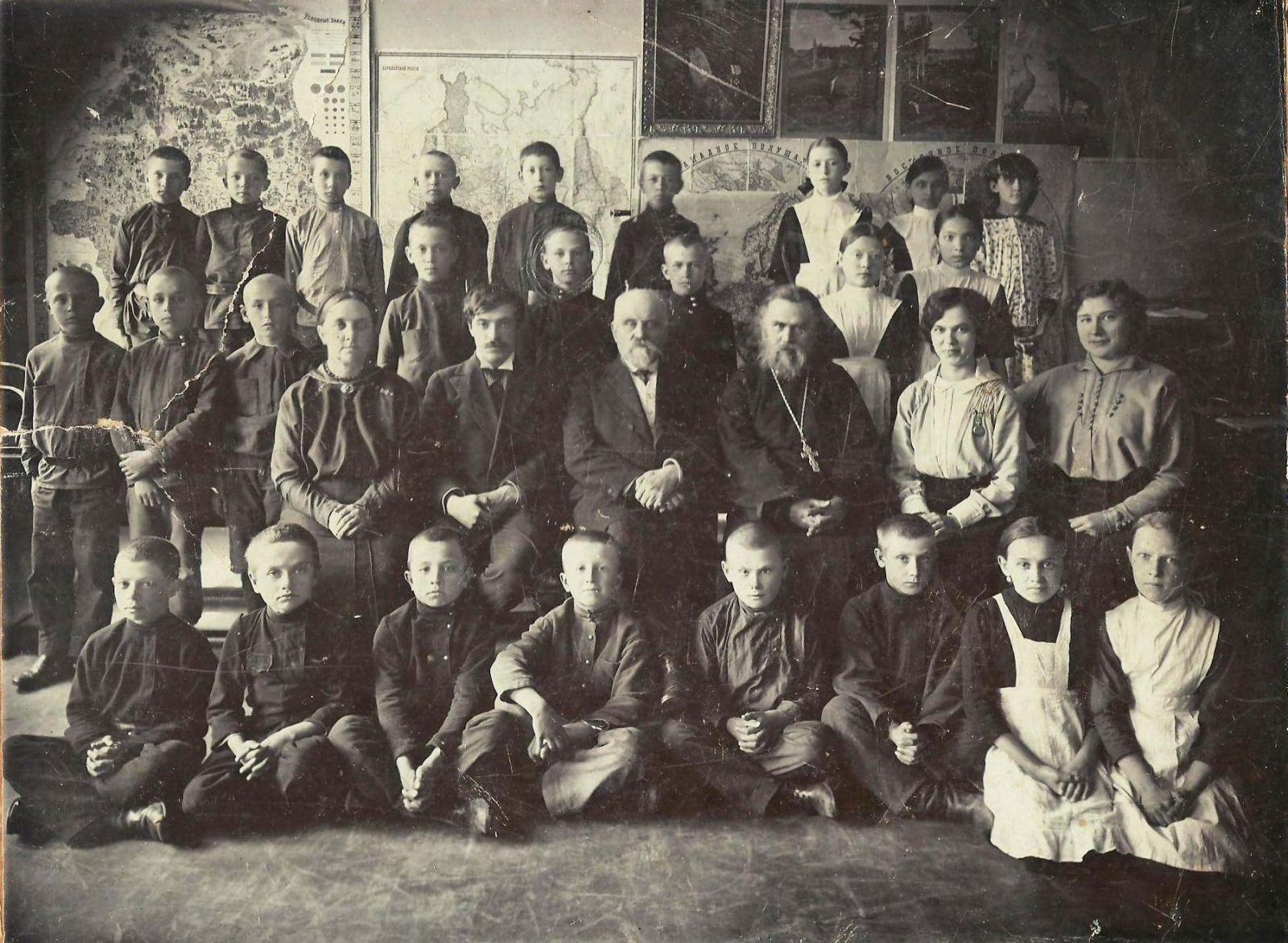 Випуск 30-го парафіяльного училища 1915 року. Павло Кисельов у другому ряду зверху. Обличчя кимось обведене. З особистого архіву Ольги Ромасько