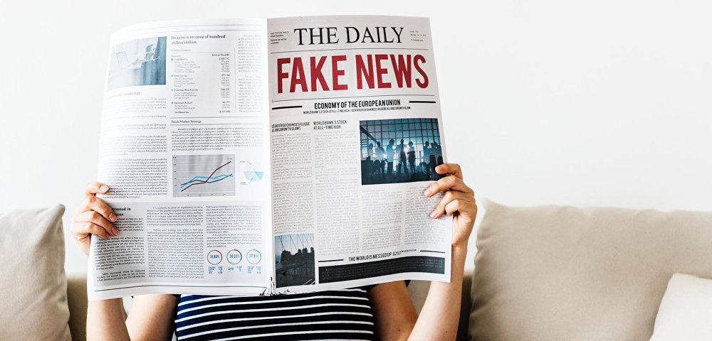 Девушка читает fake news