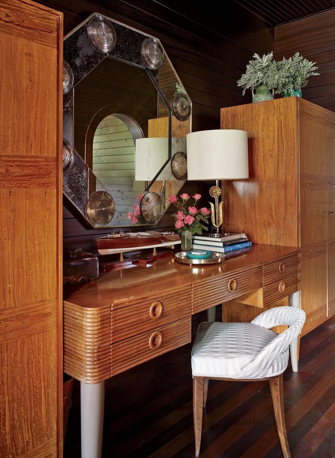 Penempatan furnitur dan barang-barang antik dalam interior bergaya art deco - source: architecturaldigest.com