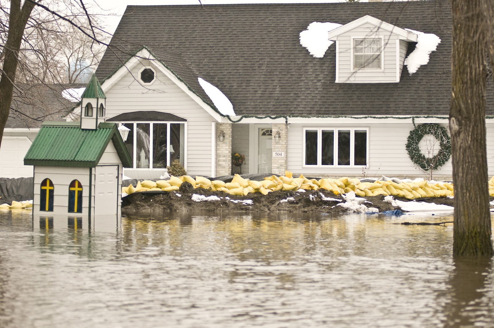FEMA_-_40371_-_Home_protected_from_flood_waters_by_sand_bags_in_Minnesota.jpg