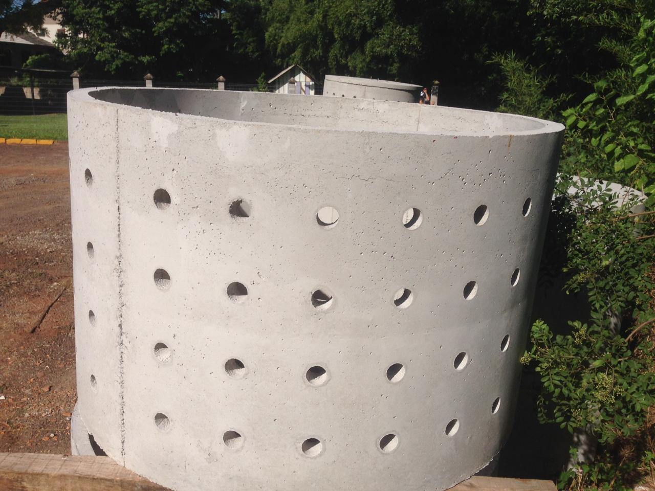 Sumidouro em manilha de concreto perfurada.
