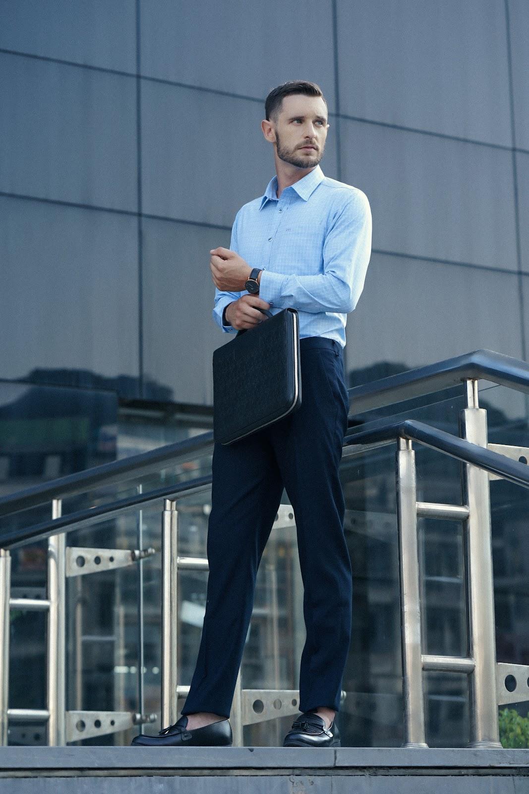 Áo sơ mi màu xanh nhạt phù hợp với mọi màu da nam giới.