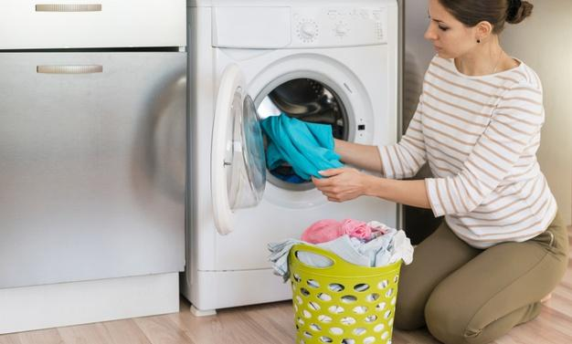 Casual woman doing laundry Free Photo
