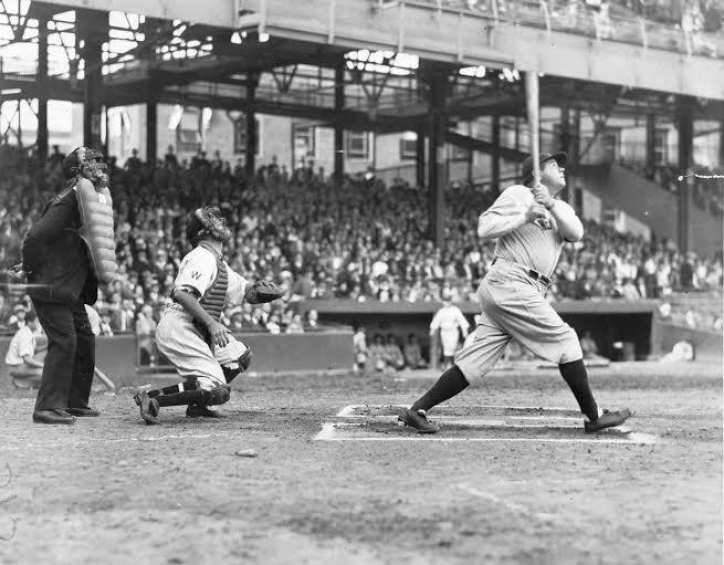 Imagen que contiene béisbol, exterior, suelo, edificio  Descripción generada automáticamente