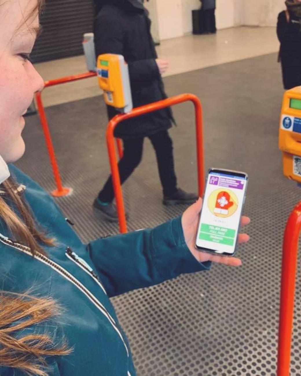 Zo gebruik je Mobiljegy; mobiele OV-kaart in Boedapest, foto van mobiele telefoon met validatie animatie bij een validatie punt van de metro