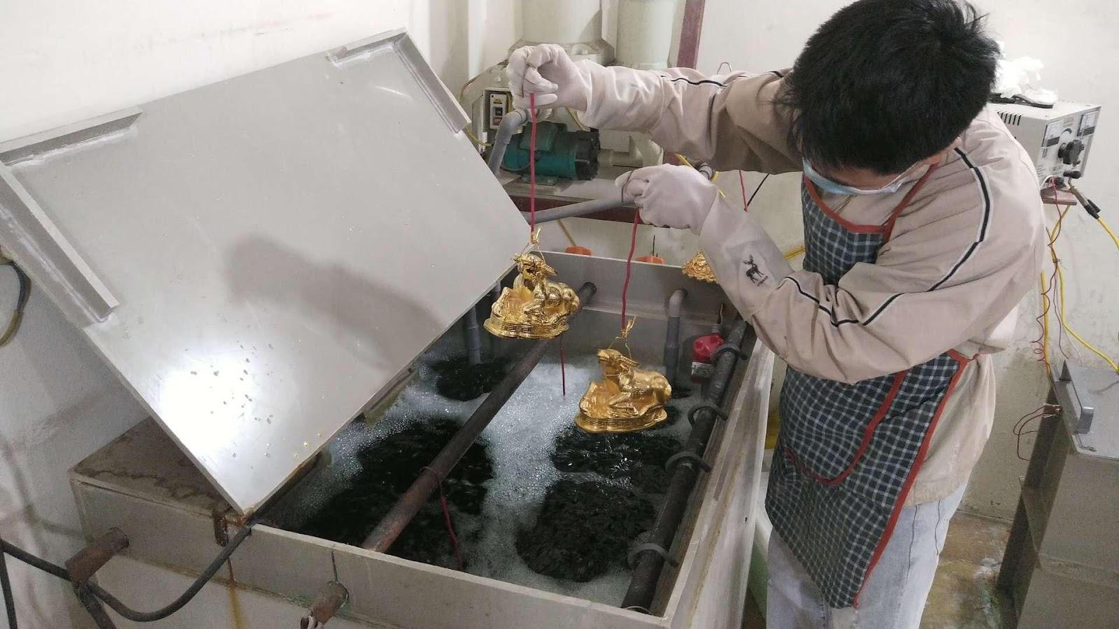 Thị trường quà Tết 2021: Giỏ quà chiếm ưu thế, độc lạ mẫu trâu vàng - Ảnh 5