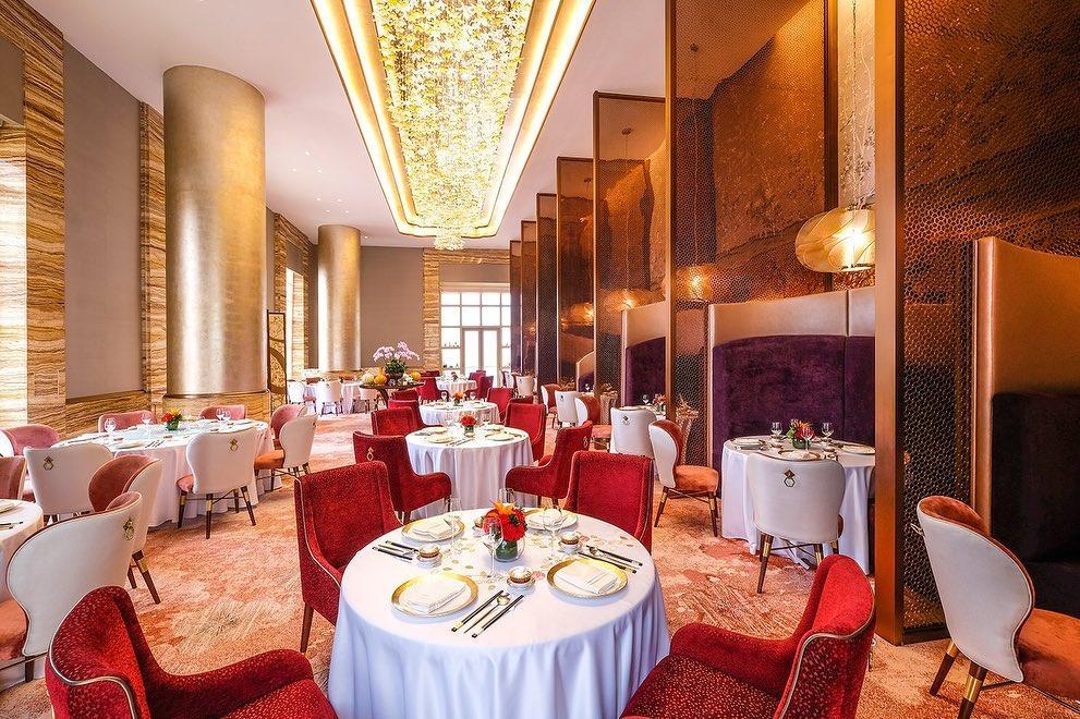 みなさま、こんにちは!  Yu Leiサーバーのシャーロットと💁 ジョナです💁  前回の投稿では、レストラン「Yu Lei」の概要についてご紹介致しましたが、  今回は私たちが引き続きYu Leiの魅力をお伝え致します!  香港でYu Leiを開店し、2013年から4年連続ミシュランを獲得した、料理長-今川幹也は伝統と基本をしっかりと守りながらも、  豊かな創造力で一つ一つの料理を芸術品のように表現し、洗練されたインテリアと一緒に最高のお時間をご提供しております。  食材と調味料はこだわりを持っており、日本や香港、アメリカなど世界各国から旬の物を取り寄せています。…