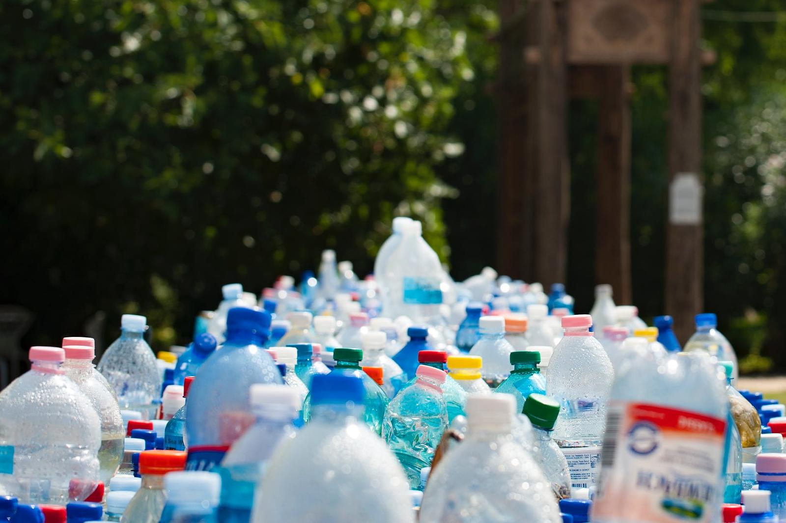 botellas de plástico de polietileno en fila