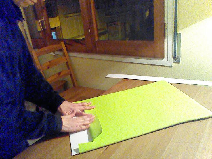 Doblaremos la solapa de la parte de arriba del guarda folio.