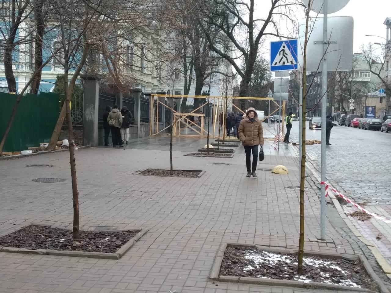 Ці молоді деревця викопають і пересадять з алеї. На задньому плані – створені для слідчих експериментів заготовки макетів автотранспорту