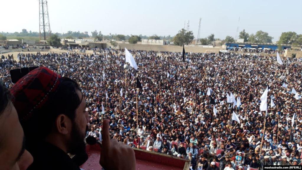 آرشیف، په پاکستان کې د پښتون ژغورنې غورځنګ مشر منظور احمد پشتین خپلو پلویانو ته د وینا پر مهال. ۱۳ جنوری ۲۰۱۹