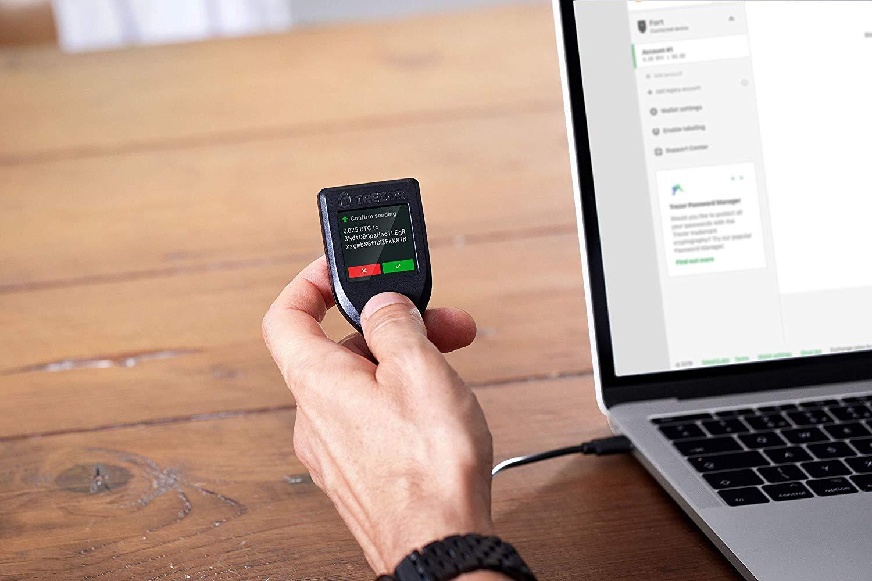Trezor sebagai Hardware bitcoin wallet yang aman