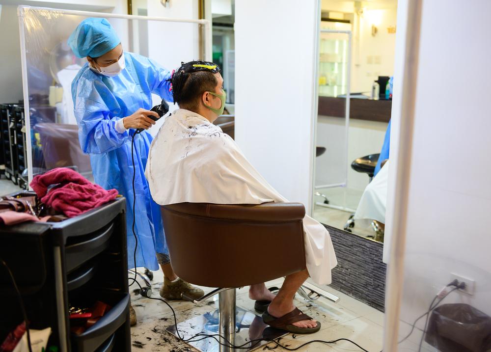 Karyawan barbershop dan pengunjung harus memakai perlengkapan perlindungan diri.