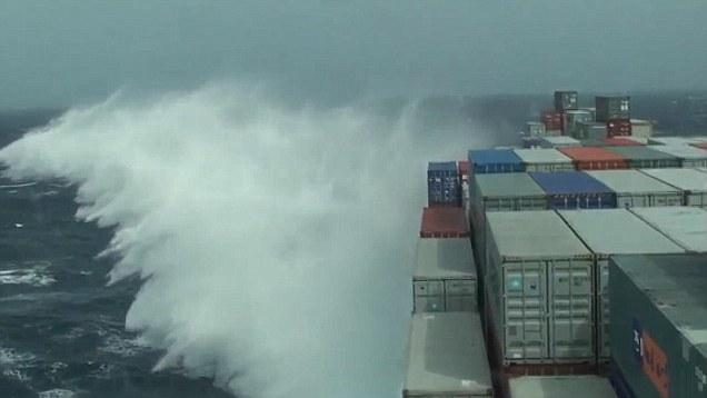 Картинки по запросу контейнеровоз шторм