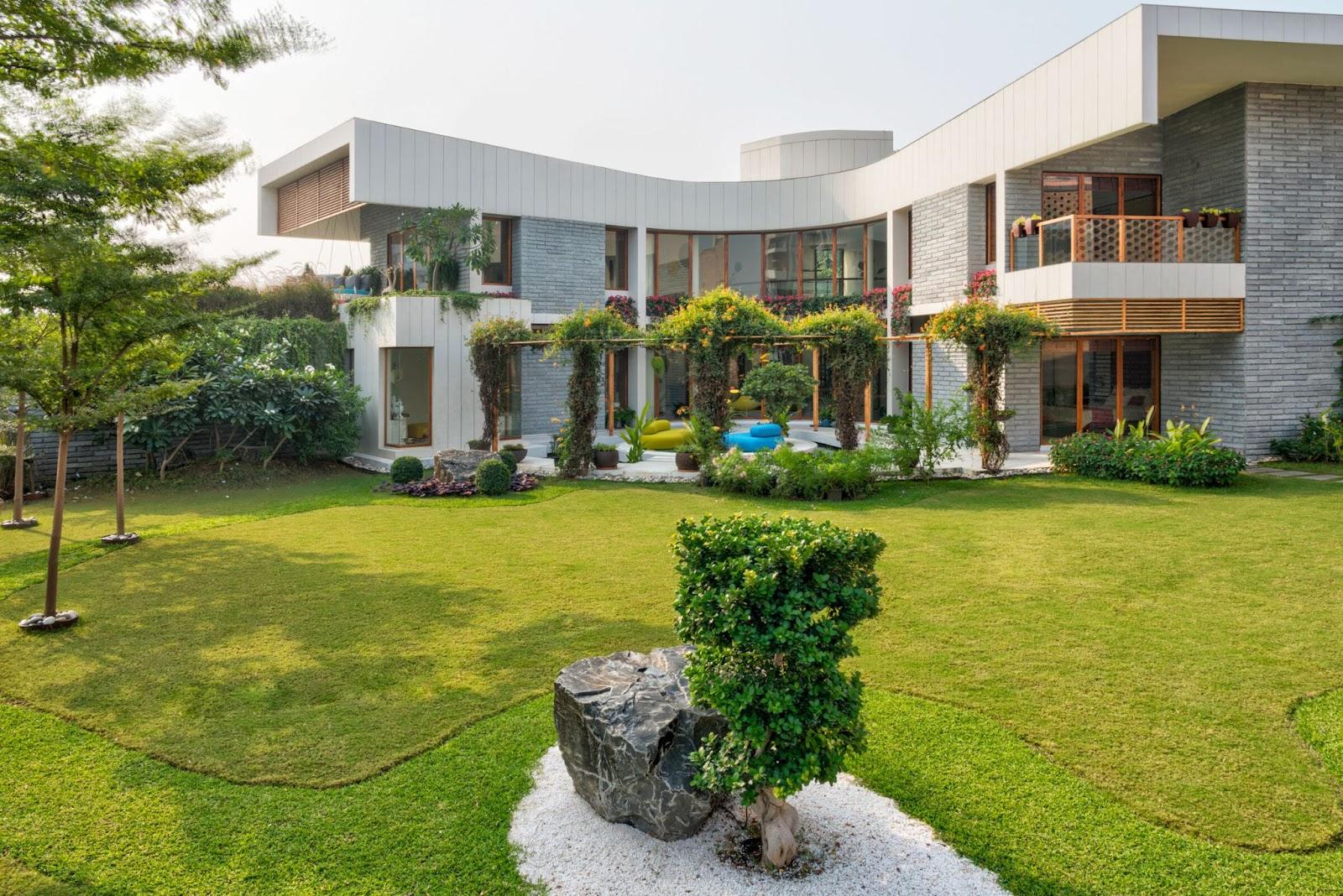 Ngôi nhà có mặt tiền tràn ngập sinh khí, ánh sáng tươi mới