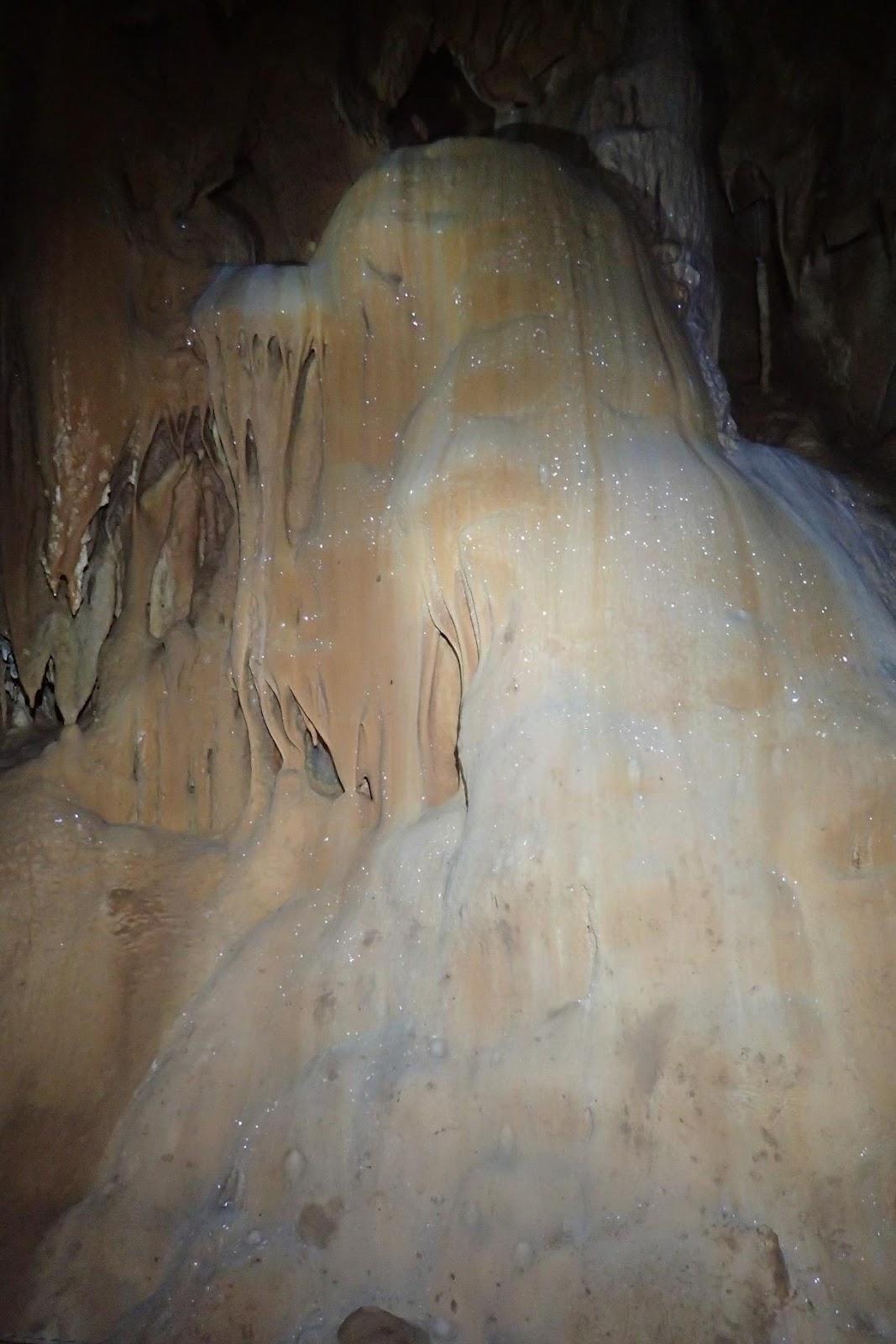 Une image contenant caverne, nature, sale  Description générée automatiquement
