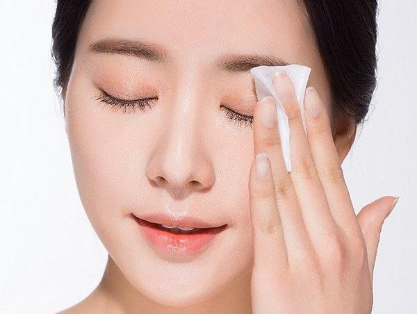 Rửa sạch mắt sau khi trang điểm để phòng ngừa bệnh lẹo mắt