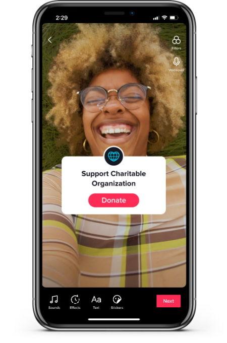 TikTok의 스크린 샷과 그녀가 제공하는 새로운 기부 스티커.