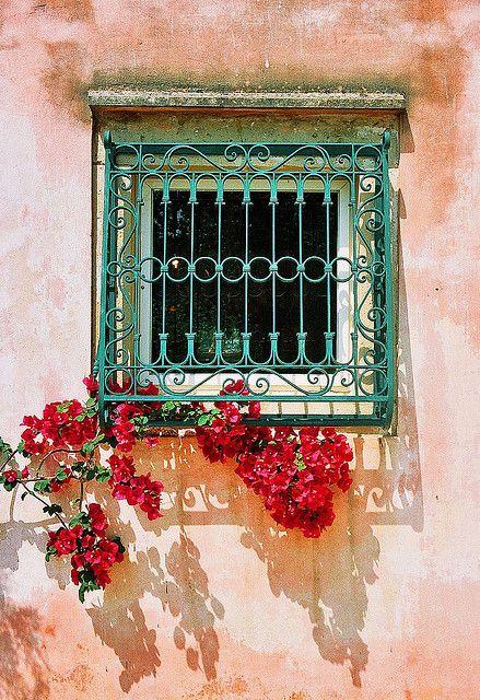 Cửa sổ với song sắt hoa văn màu xanh