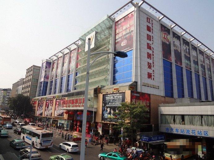 Оптовый рынок одежды, расположенный недалеко от железнодорожного вокзала Гуанчжоу