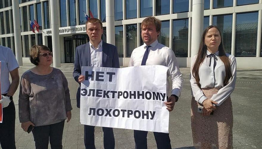 """Мосгордума приняла закон о дистанционном голосовании, которое оппозиционные депутаты назвали """"электронным лохотроном"""""""