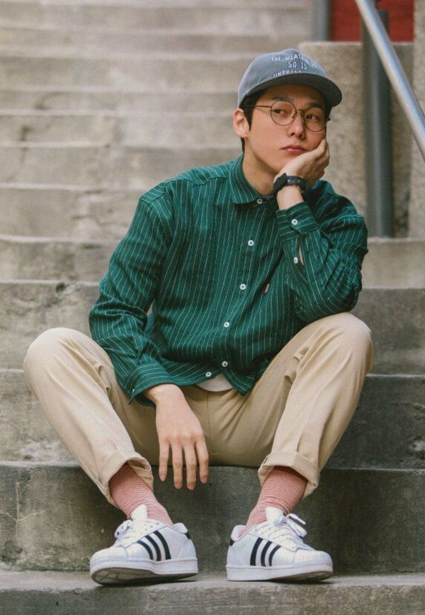 Kết hợp áo sơ mi nam unisex với đôi giày sneaker sáng màu sẽ giúp bạn trông năng động, thời trang hơn.