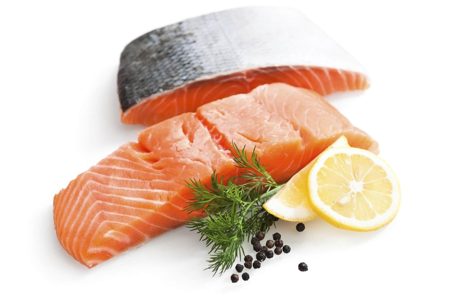 """Cá hồi là một trong các """"siêu thực phẩm"""" chứa lượng Omega 3, 6, 9 cực """"khủng"""" giúp tóc khỏe đẹp"""
