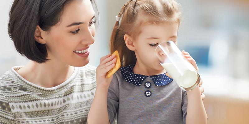 Tập cho trẻ uống sữa để cơ thể sớm thích nghi với Lactose.