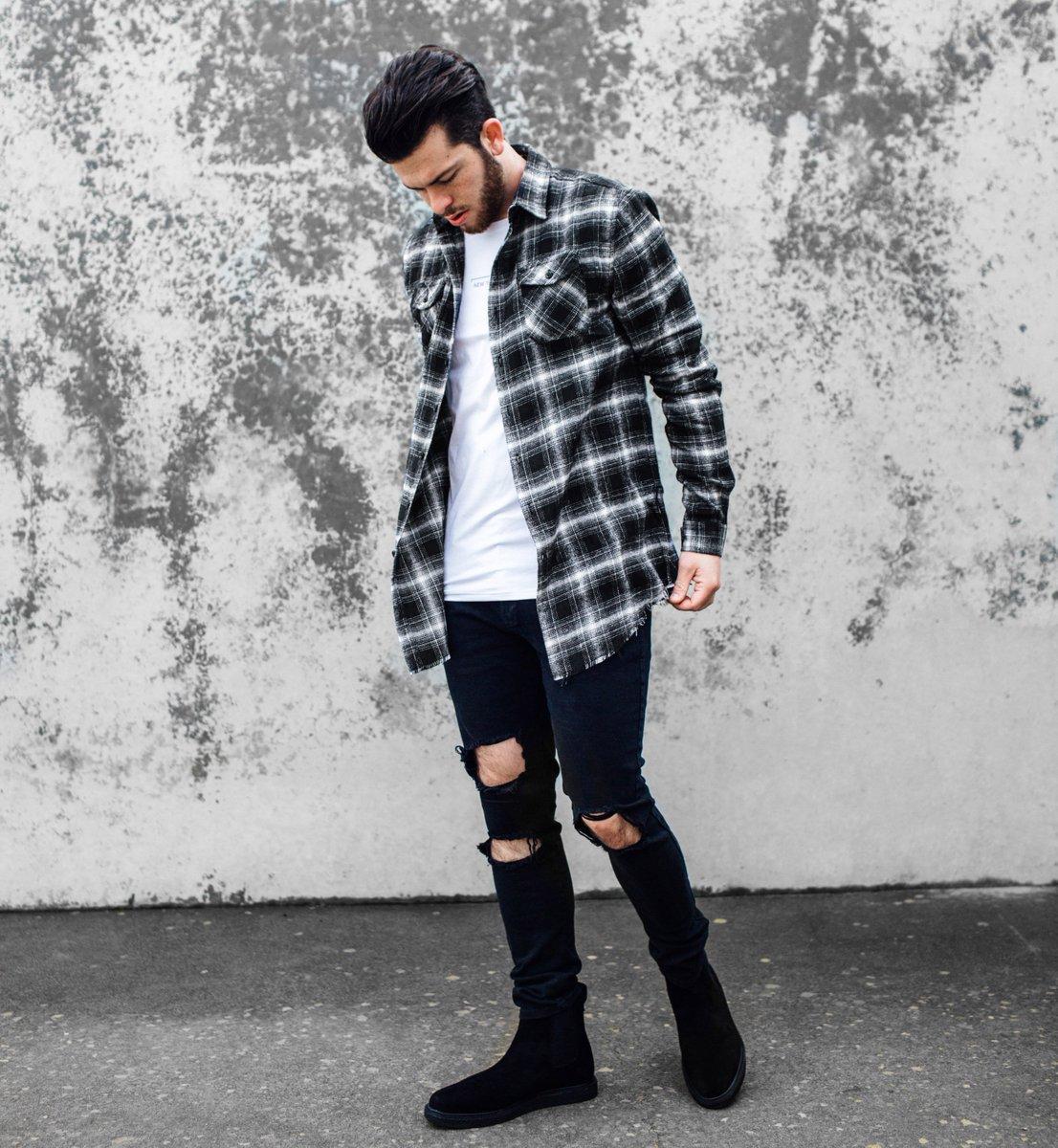 Hay một chút phá cách với quần kaki rách gối khi kết hợp với áo sơ mi nam flannel cũng khiến bạn trẻ trung, thu hút.