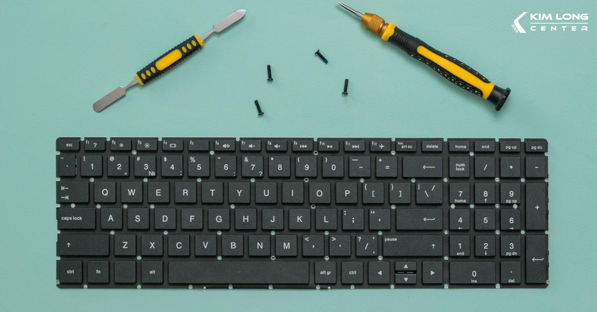 cần chuẩn bị dụng cụ trước khi tháo bàn phím laptop