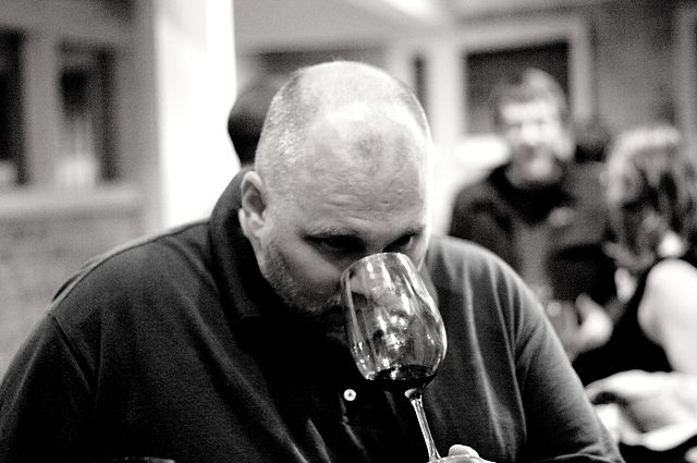 640px-Smelling_in_wine_tasting.jpg