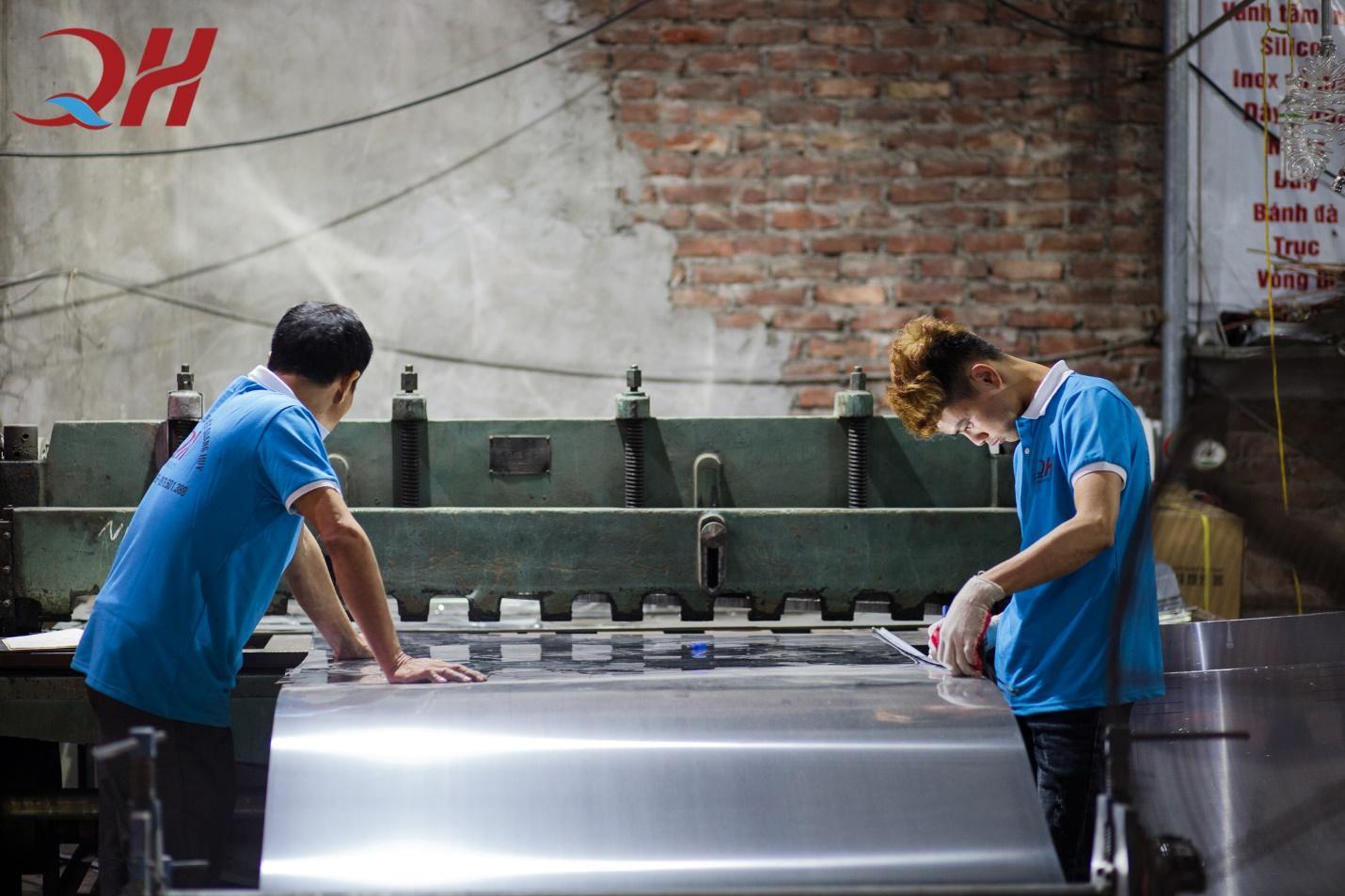 Khâu sản xuất tủ cơm công nghiệp tại xưởng cơ khí Quang Huy