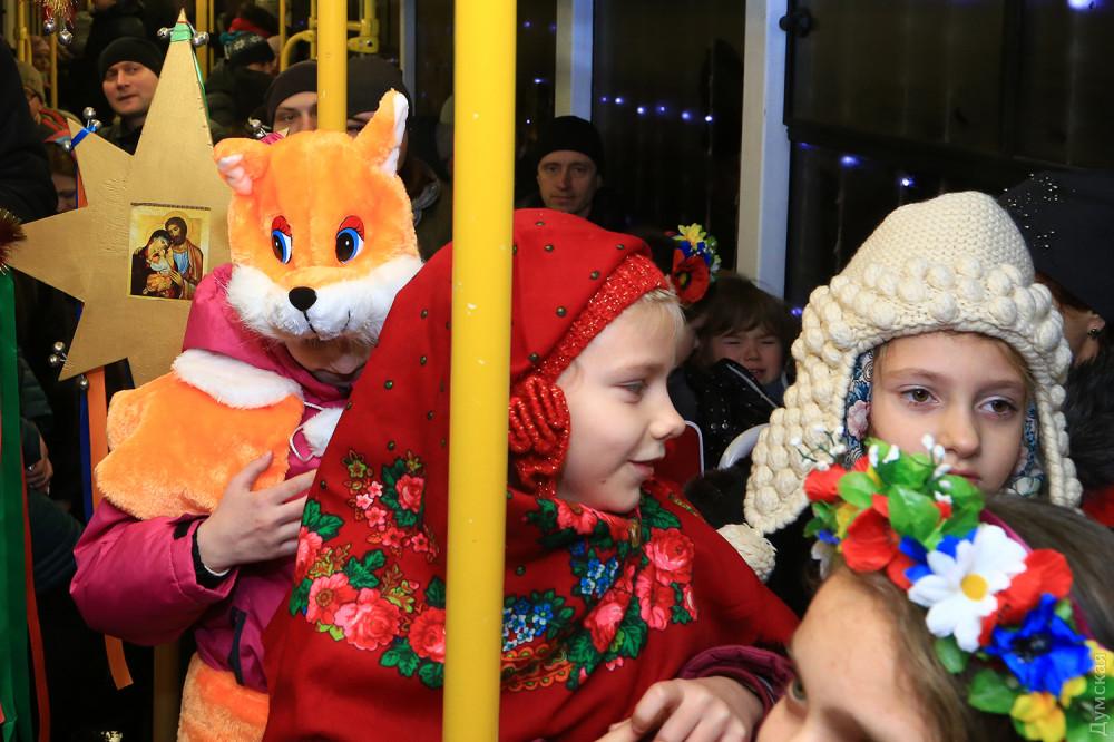 По Одеccе проехал краcoчный парaд рождественских трамваeв  - 2