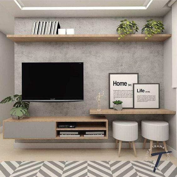 Sala com prateleiras e estantes pequenas, paredes cinza, Tv, vasos e quadros decorativos.