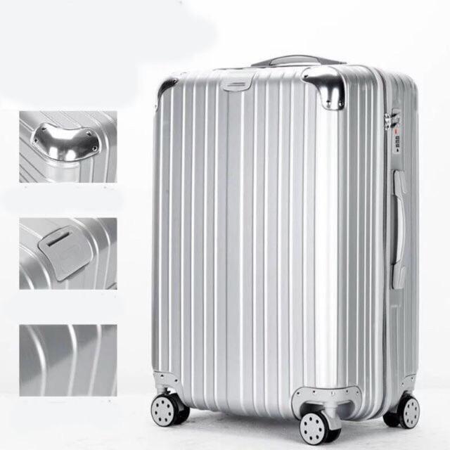 Chiếc vali Rimowa nhôm màu bạc nổi tiếng.