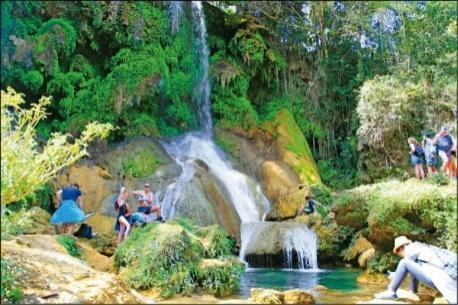 古巴天氣炎熱,很適合來瀑布戲水。